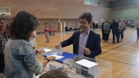 Luis Felipe (PSOE), votando en Huesca.