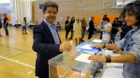 Luis Felipe ejerce su derecho al voto.