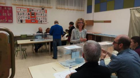 Marisol Velasco, candidata de Barbastro en Común, votando.