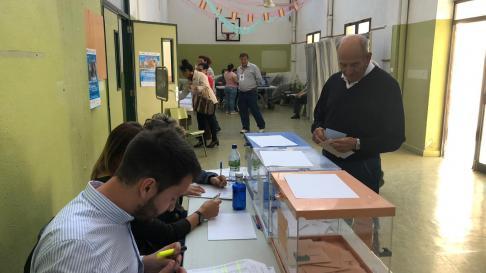Normalidad en un colegio electotal en Barbastro este 26 de mayo