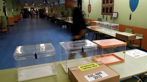 Preparativos en un colegio electoral de Madrid.