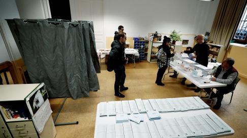 Primeros votantes en un colegio electoral en Pamplona el 26M.