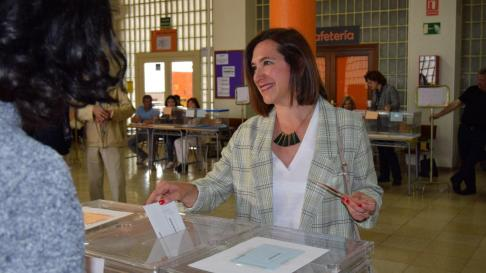 Sara Fernández ha votado en el IES Miguel Servet de Zaragoza.