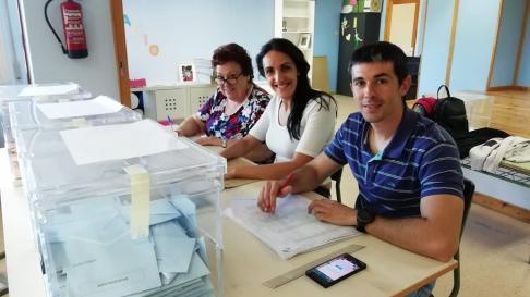 José Enguita Cortés ha pasado el día de su 30 cumpleaños en una mesa electoral, en el colegio Goya de Calatayud.