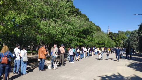 Largas filas en el Parque Grande José Antonio Labordeta para celebrar la Feria del Libro.