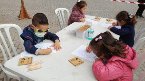 Los niños turolenses dibujan a San Jorge en la plaza de San Juan.