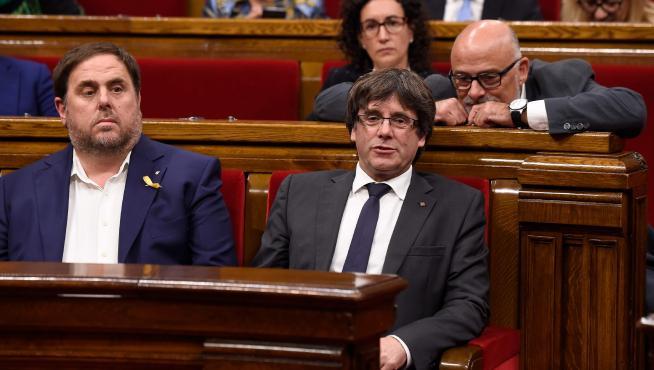 Junqueras y Puigdemont durante un pleno en el Parlament.