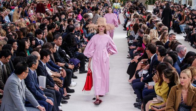 Un modelo en rosa de ier Paolo Piccioli para Valentino