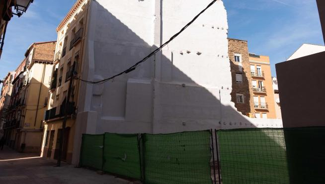 Aspecto que ofrece el número 78 de Pignatelli tras la retirada del andamio y la fachada.