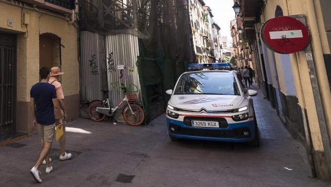 Un coche patrulla de la Policía Local, en la zona de Pignatelli.