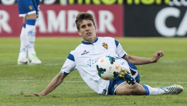 Álvaro Tierno, durante un partido con el Real Zaragoza en La Romareda.