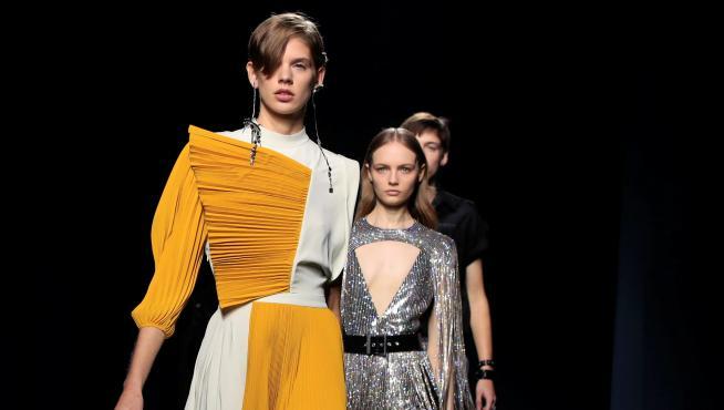 Modelo de  Clare Waight Keller para Givenchy.