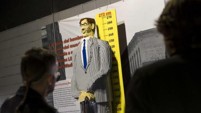 Robert Pershing Wadlow, el hombre más alto del mundo, en lego.