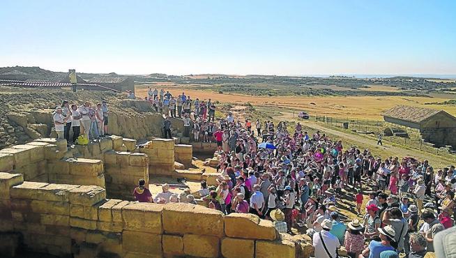 Un grupo de turistas conocen el yacimiento de Los Bañales