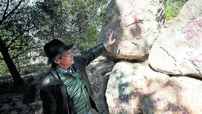 El arqueólogo Ignacio Lorenzo muestra pinturas rupestres