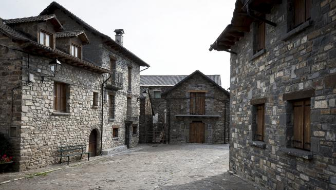 Una de las calles de Aísa, con casas de piedra.