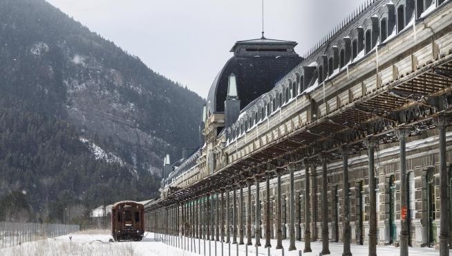 La Estación Internacional de Ferrocarril de Canfranc cubierta de nieve