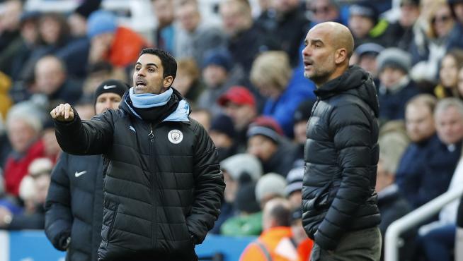 Arteta, junto a Pep Guardiola, da indicaciones a los futbolistas del Manchester City en un partido de la Premier League.