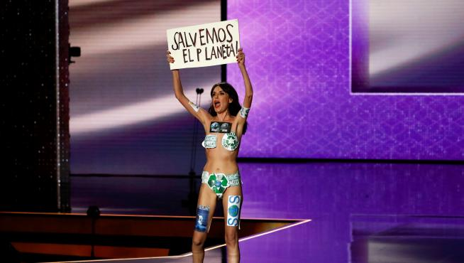 """A woman holds up a sign that reads """"save the planet"""" during the Spanish Film Academy's Goya Awards ceremony in Malaga, Spain, January 25, 2020. REUTERS/Jon Nazca     TPX IMAGES OF THE DAY [[[REUTERS VOCENTO]]] SPAIN-ENTERTAINMENT/GOYA AWARDS"""