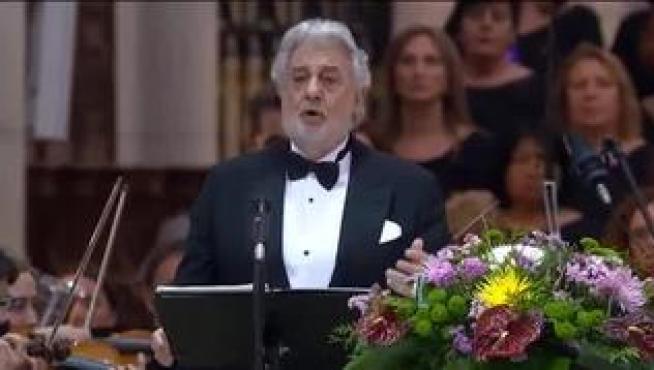 El tenor Plácido Domingo ha anunciado que ha dado positivo en las pruebas del coronavirus. El tenor, de 79 años, lo ha confirmado hace unas horas a través de sus redes sociales. Las pruebas han dado positivo después de presentar síntomas de tos y fiebre. Tanto él como su familia están en aislamiento.