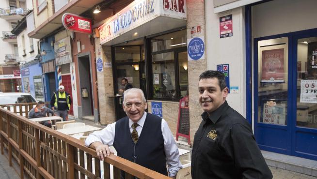 Jesús Nosellas, junto a su hijo José Manuel, regentan este bar del barrio zaragozano de las Delicias.