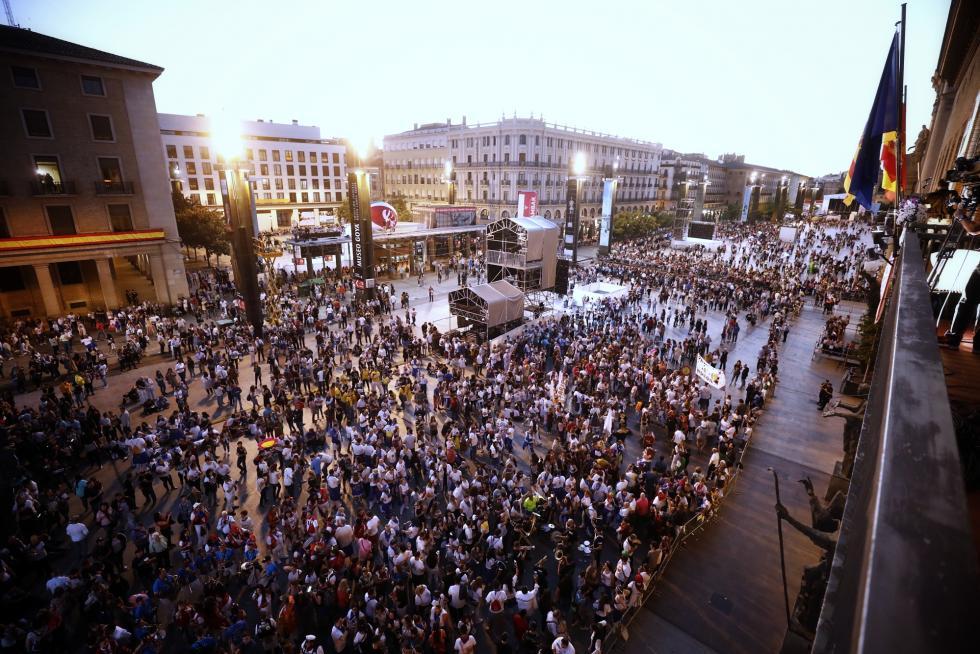La plaza del Pilar llena de gente, a escasos minutos de que comience el pregón de Fiestas del Pilar 2019.