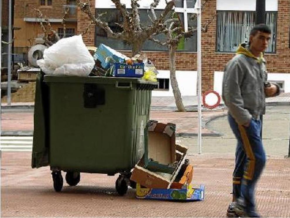 Los contenedores de Alcañiz rebosan de basura en muchas ocasiones.