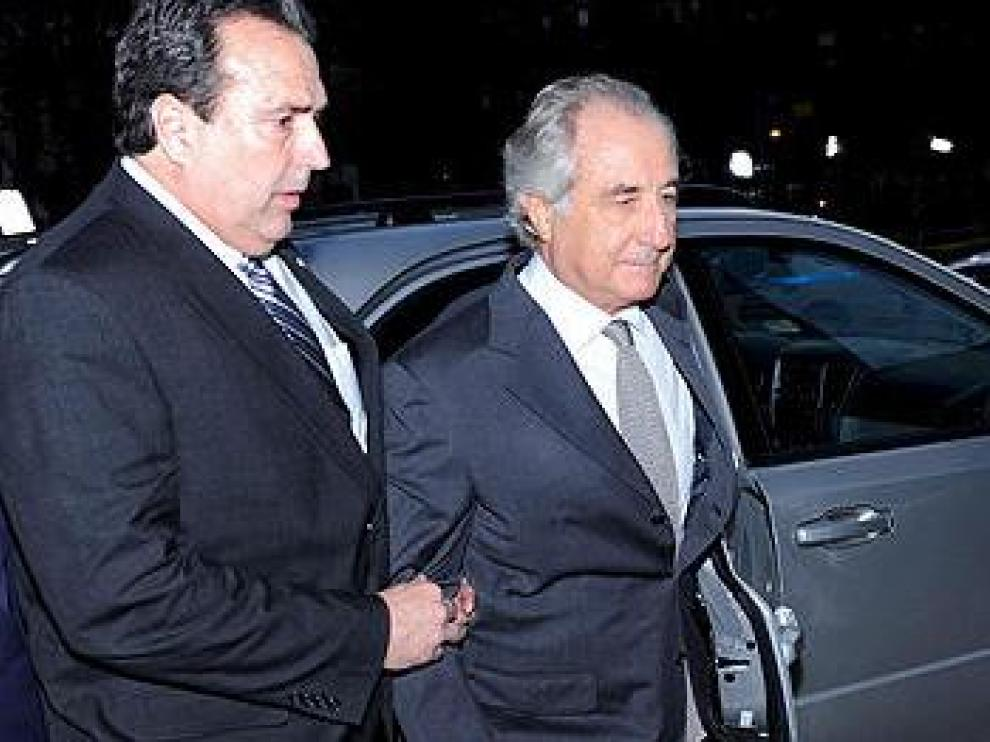 Madoff llegnado a un juzgado