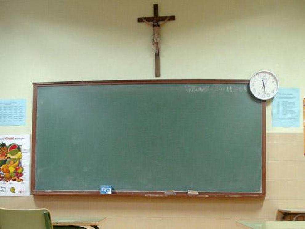 Un crucifijo sobre la pizarra de un aula