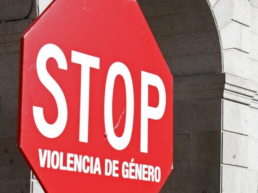 El ganador del Tour de Francia 2008, Carlos Sastre, durante la lectura de un manifiesto en contra de la violencia de género