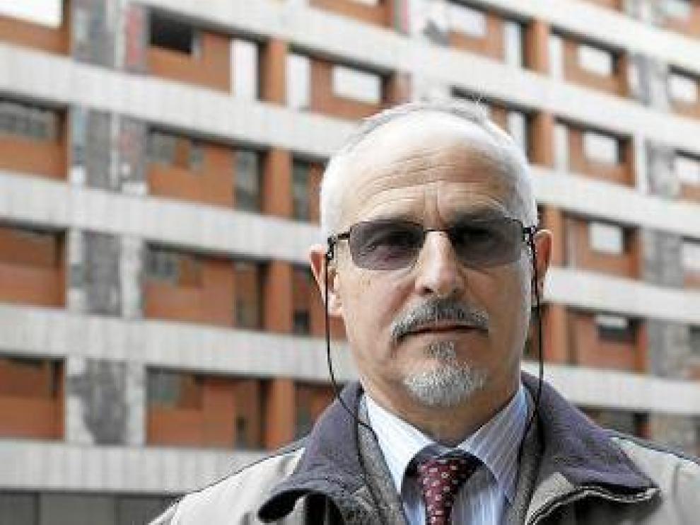Juan Ramón Vigón, delante del hotel Corona.