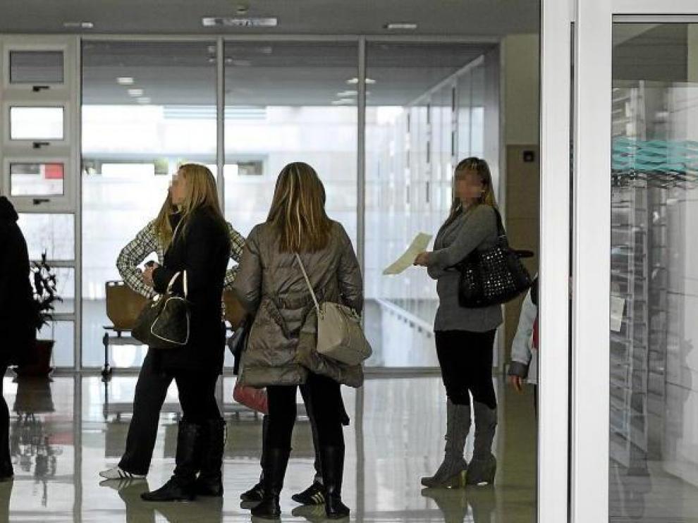 Imagen de la cola de admisión ayer en el centro de salud de Valdespartera de Zaragoza.