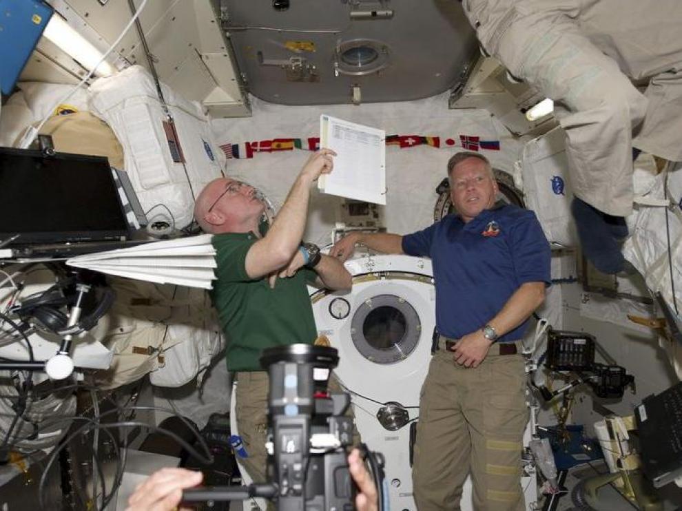 Los astronautas Scott Kelly y Steve Lindsey en el laboratorio japonés Kibo en la Estación Espacial Internacional.