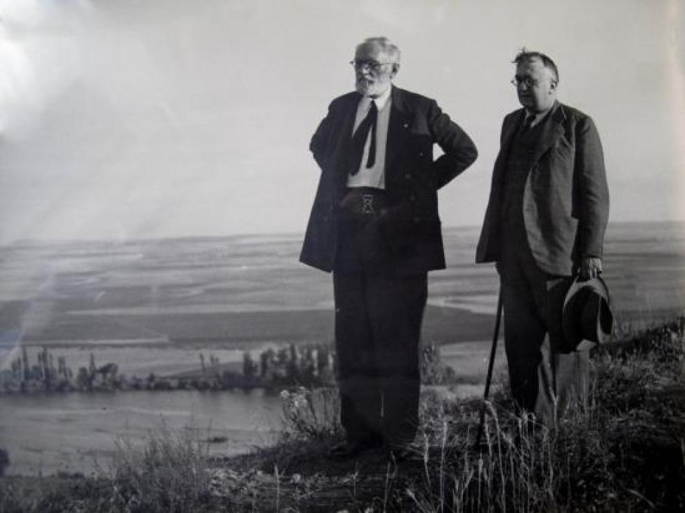 Miguel de Unamuno y Casto Prieto, alcalde de Salamanca, en la ciudad hacia el año 1933