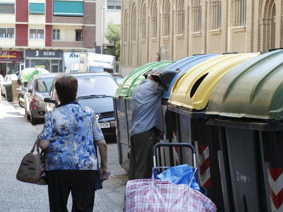 Un hombre hace acopio de cartón en el centro de Zaragoza.