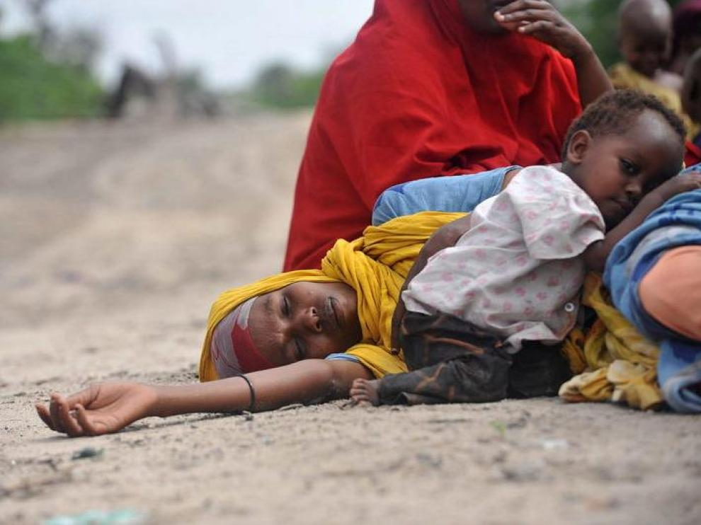Una madre y su hija a la espera de ayuda humanitaria en Somalia