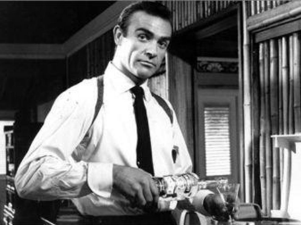 Sean Connery, sirviéndose una copa
