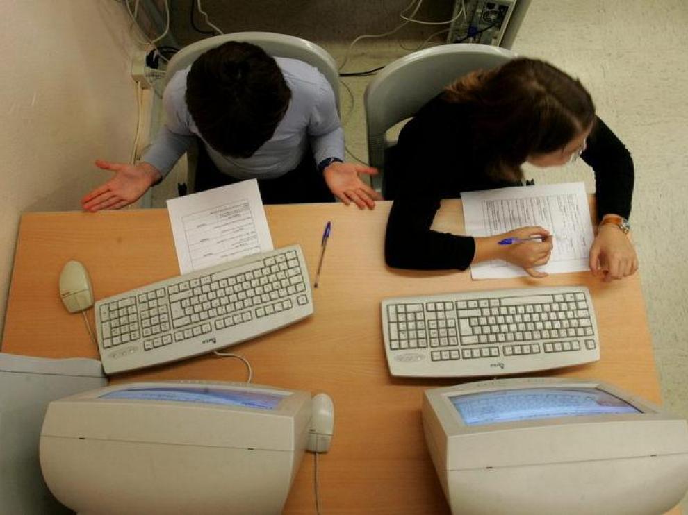Los niños aprenden frente al ordenador (Archivo)