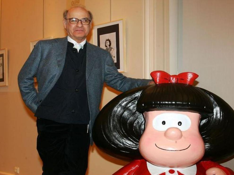 'Quino' junto a su personaje más conocido, Mafalda.