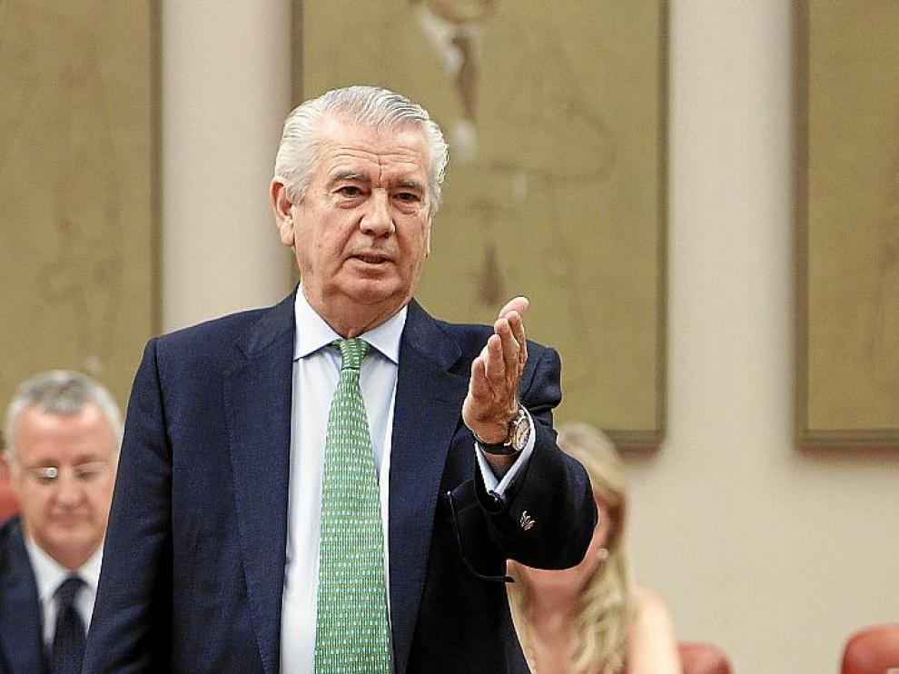 El expresidente de Aragón,Santiago Lanzuela, ayer en su despedida del Congreso.