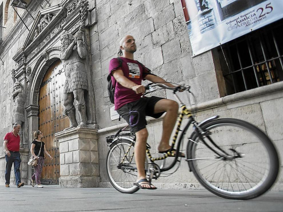 Un ciclista circula junto a la sede del Tribunal Superior de Justicia de Aragón, en el Coso Alto.