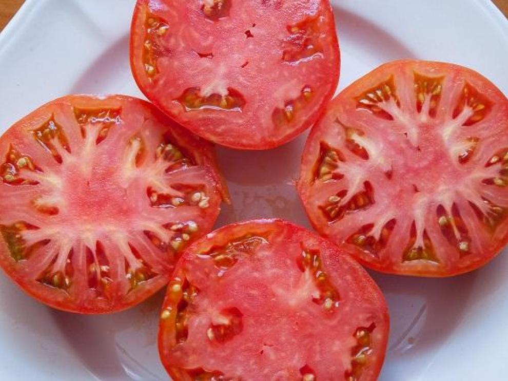 Tomate rosa de Barbastro listo para comer.
