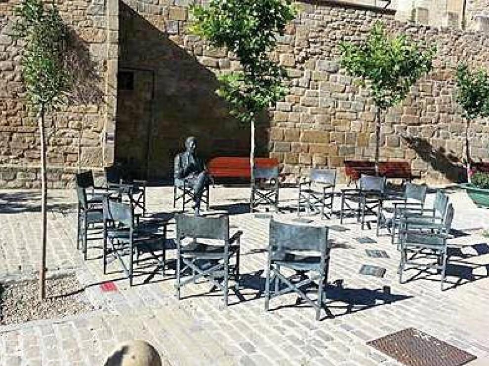 Las sillas, creadas por el escultor José Luis Fernández, son de bronce y llevan el nombre de algunos actores.