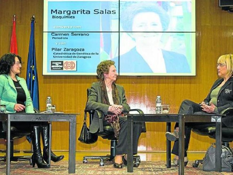 Carmen Serrano, Margarita Salas y Pilar Zaragoza conversaron el pasado miércoles en la Aljafería.
