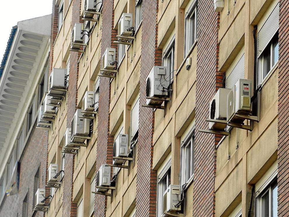 Fachada de un edificio de Zaragoza con instalaciones de aire acondicionado en casi todos los pisos.