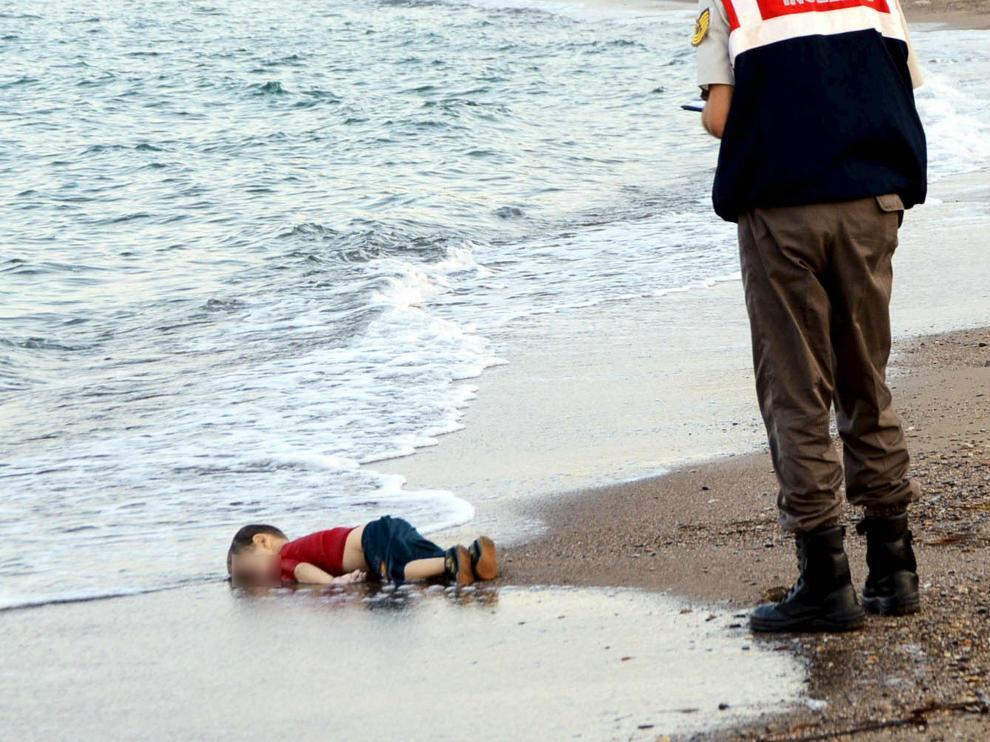 Un gendarme se acerca al niño kurdo sirio Aylan Kurdi, que yace muerto en la playa turca de Bodrum.