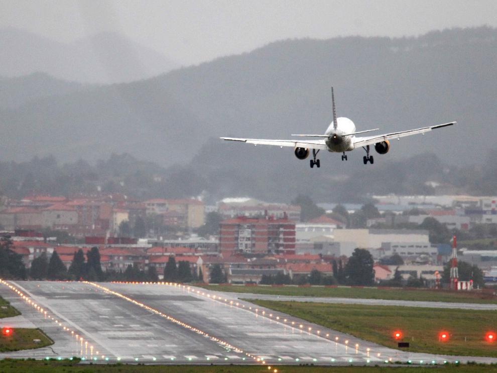 Complicado aterrizaje de un avión en Bilbao por las fuertes rachas de viento.