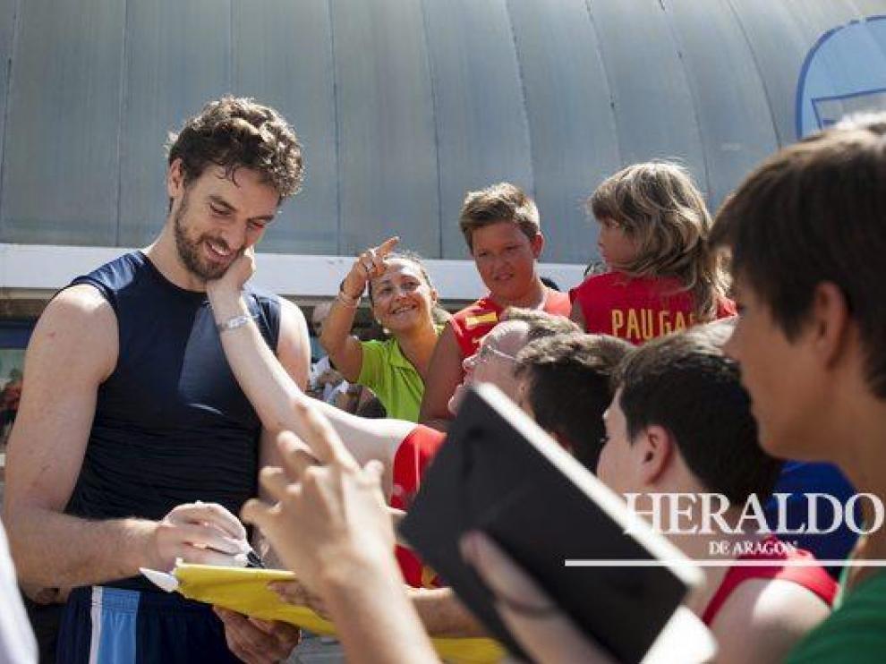 Pau Gasol firma autógrafos a los aficionados a la salida del entrenamiento con la Selección Española en el pabellón Príncipe Felipe el 29 de agosto.