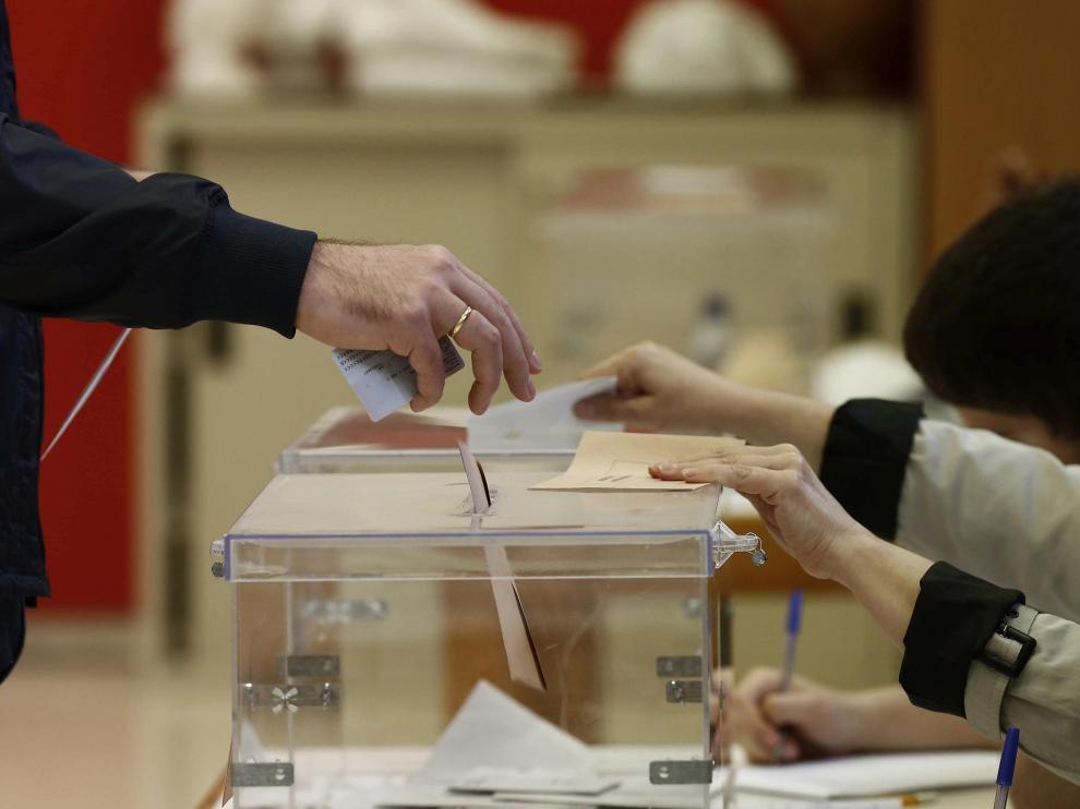 Un hombre introduce su voto en una urna, este domingo.