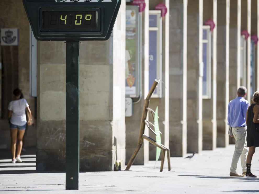 El termómetro marca 40 grados en Zaragoza en una foto de archivo